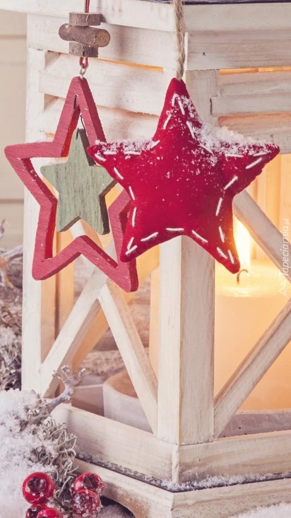 Czerwone gwiazdki na lampionie świątecznym