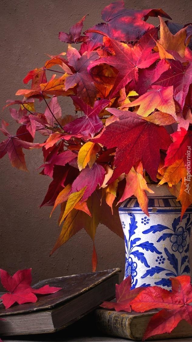 Czerwone liście klonu w wazonie