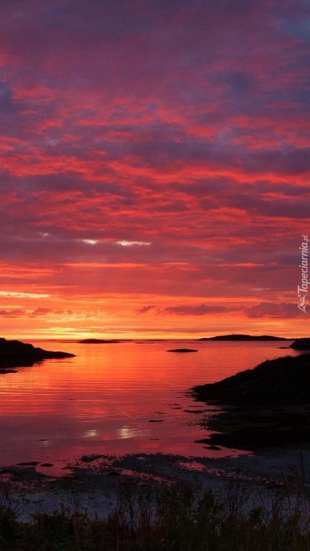 Czerwone niebo nad morzem