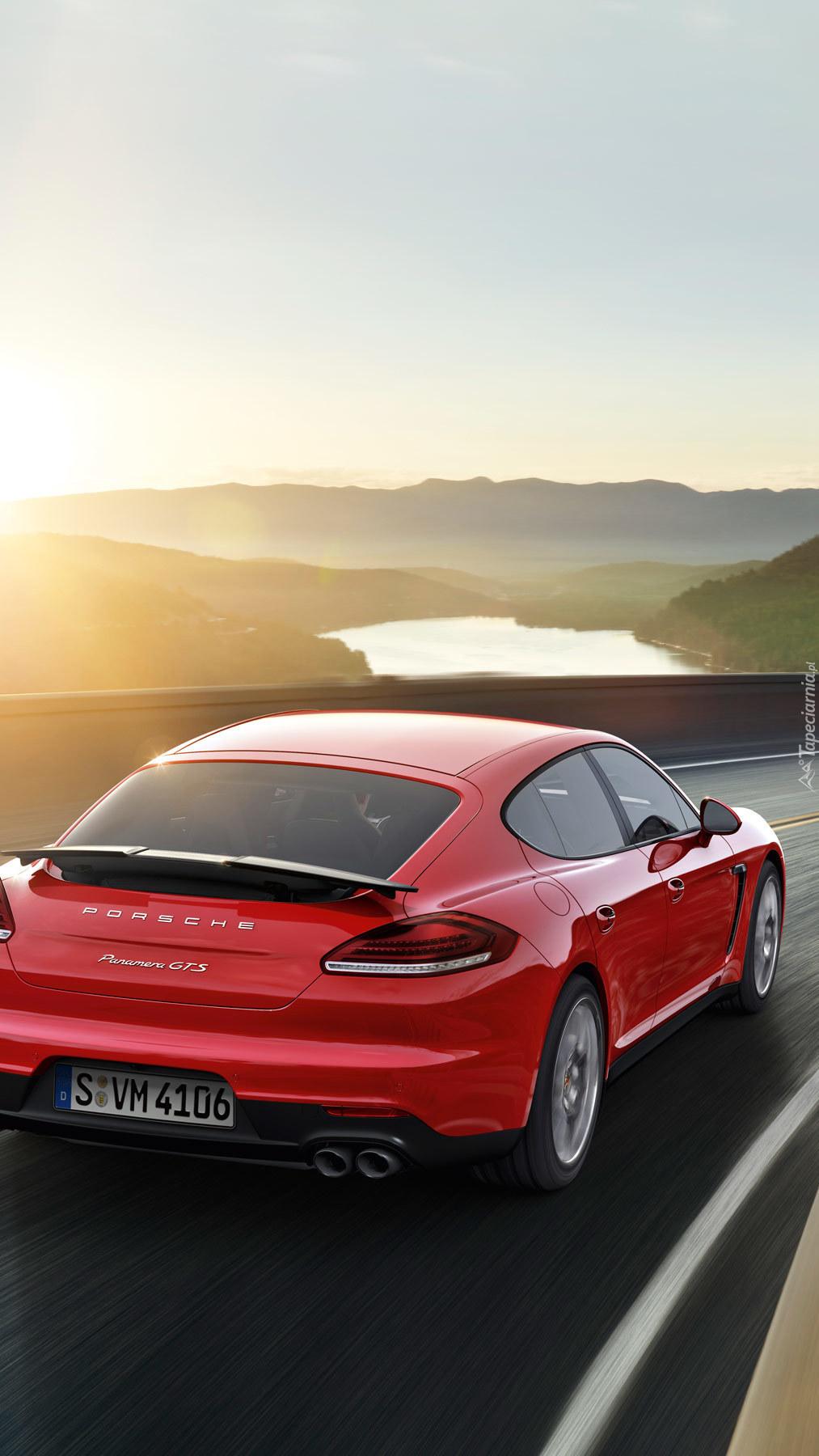 Czerwone Porsche mknie po drodze