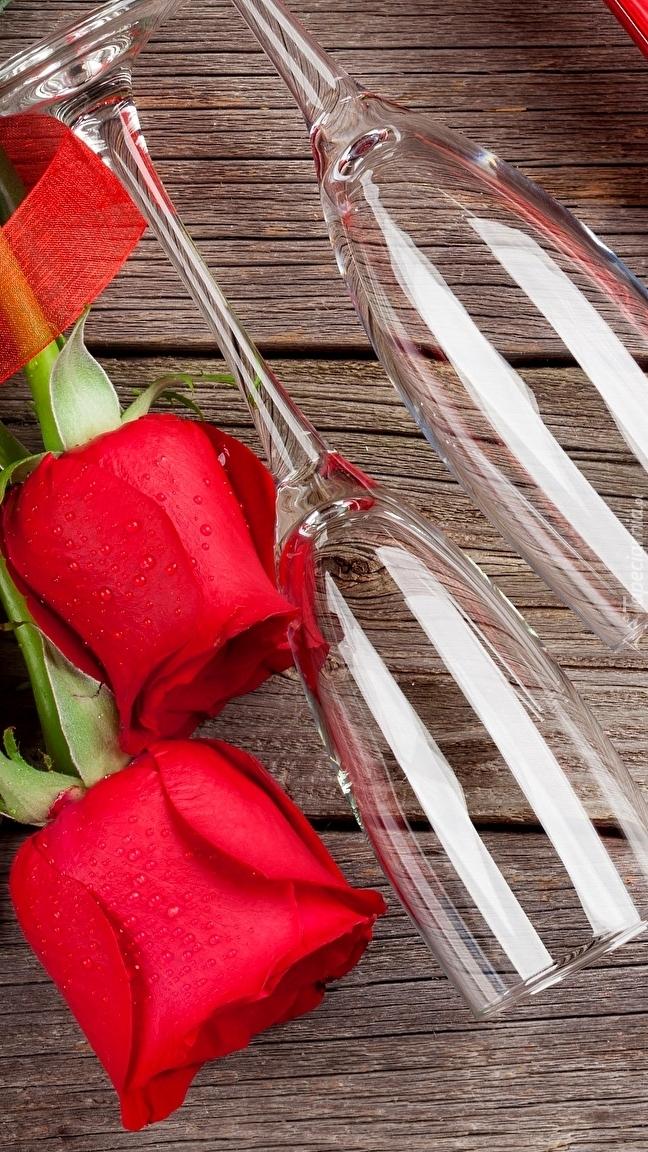 Czerwone róże i kieliszki