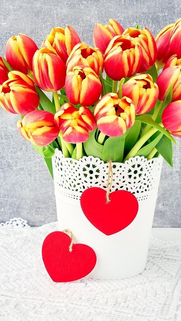 Czerwone serca na doniczce z tulipanami