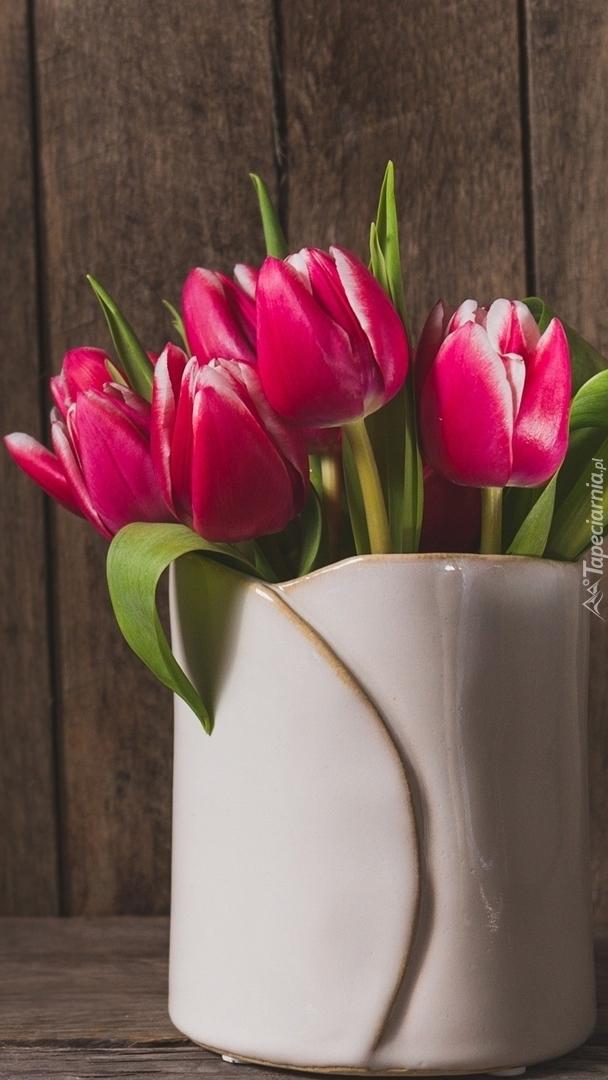 Czerwone tulipany w wazonie