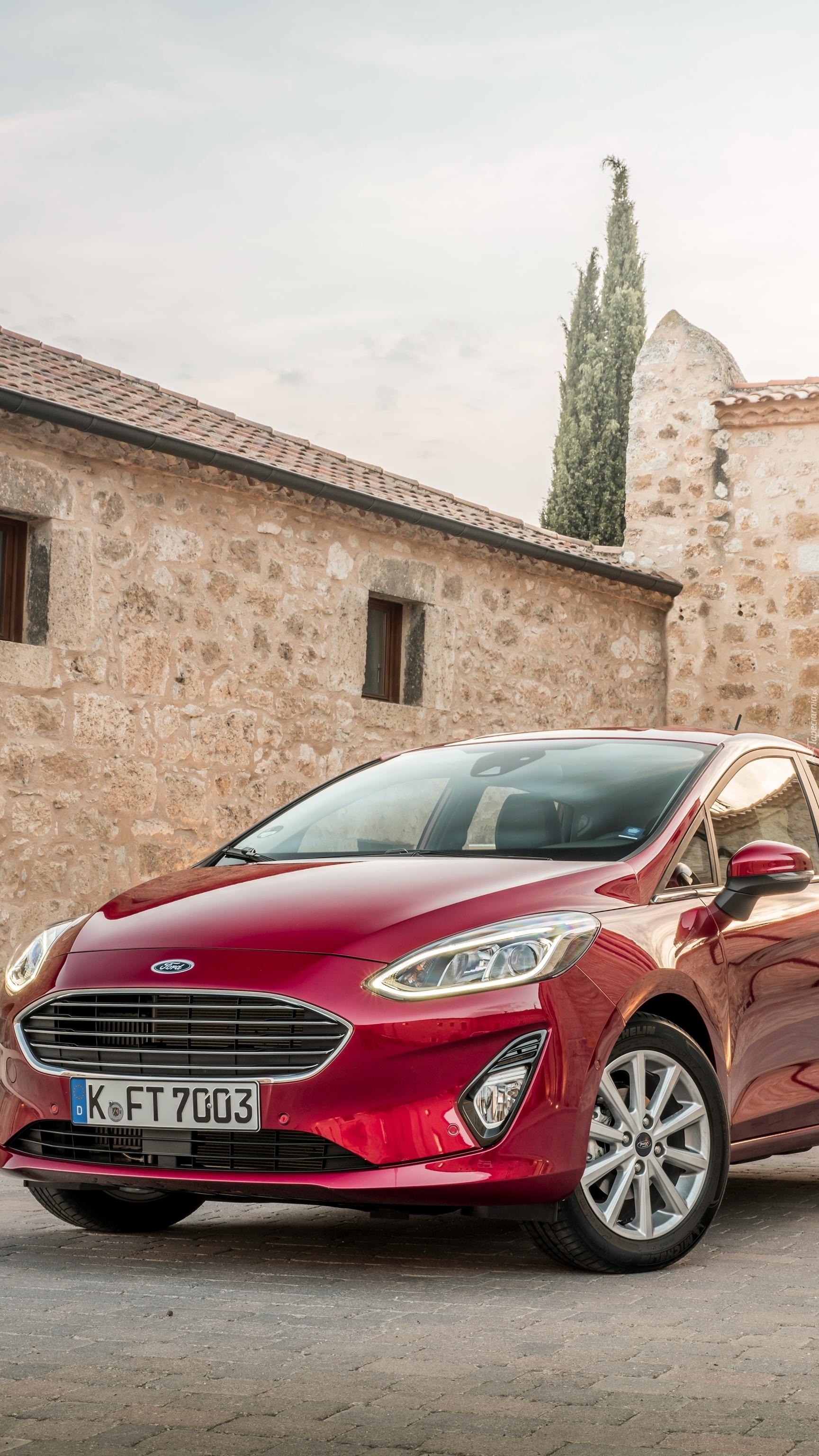 Czerwony Ford Fiesta Titanium