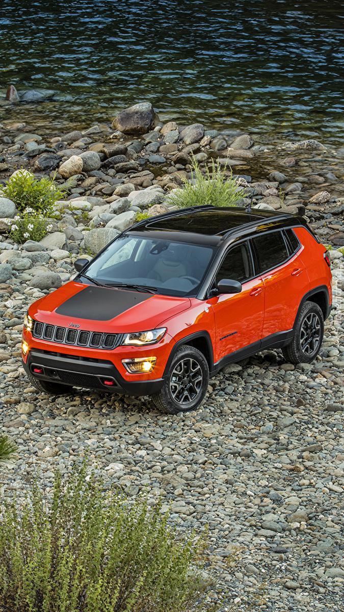 Czerwony Jeep Compass nad rzeką