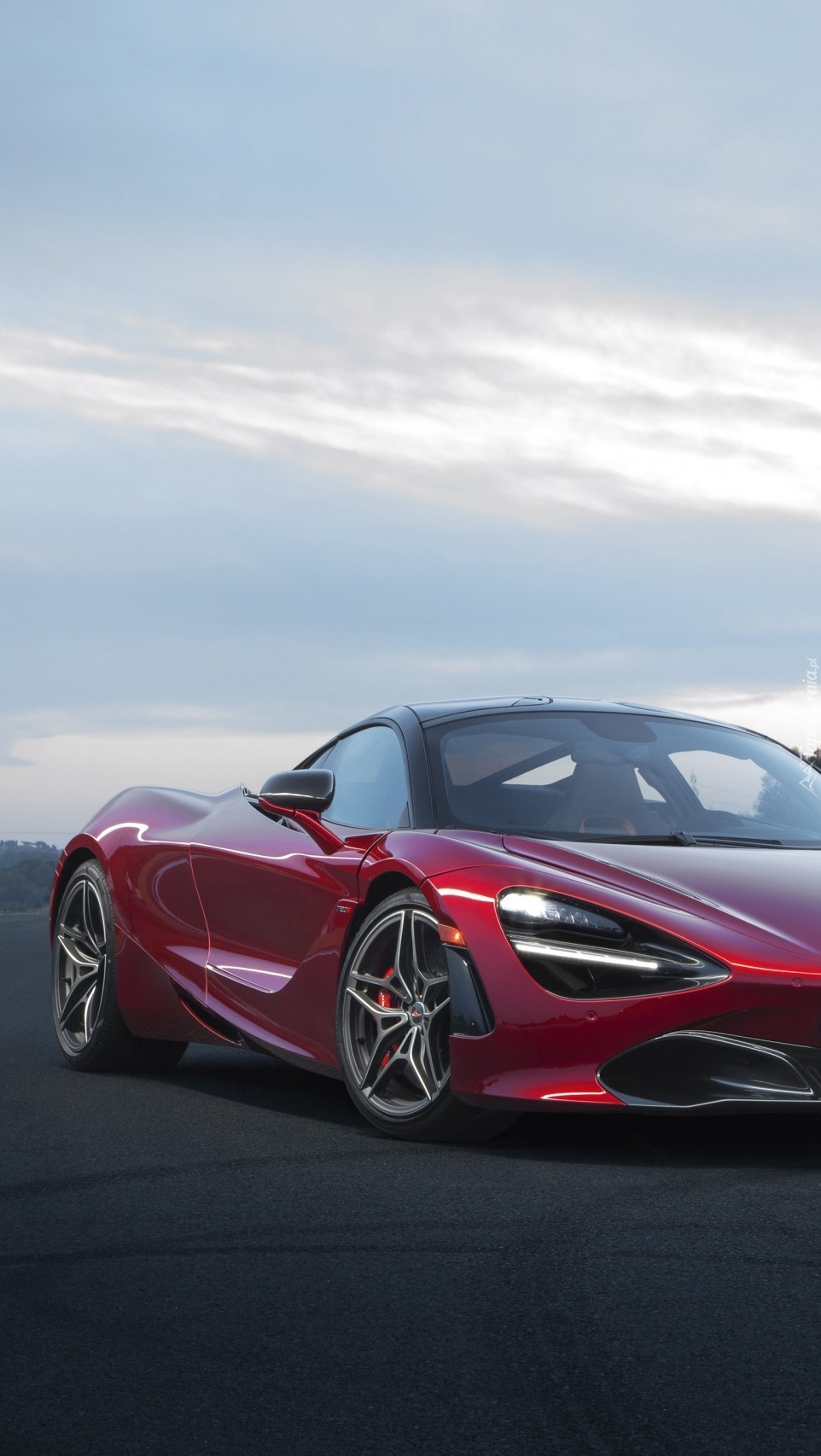 Czerwony McLaren 720S Coupe