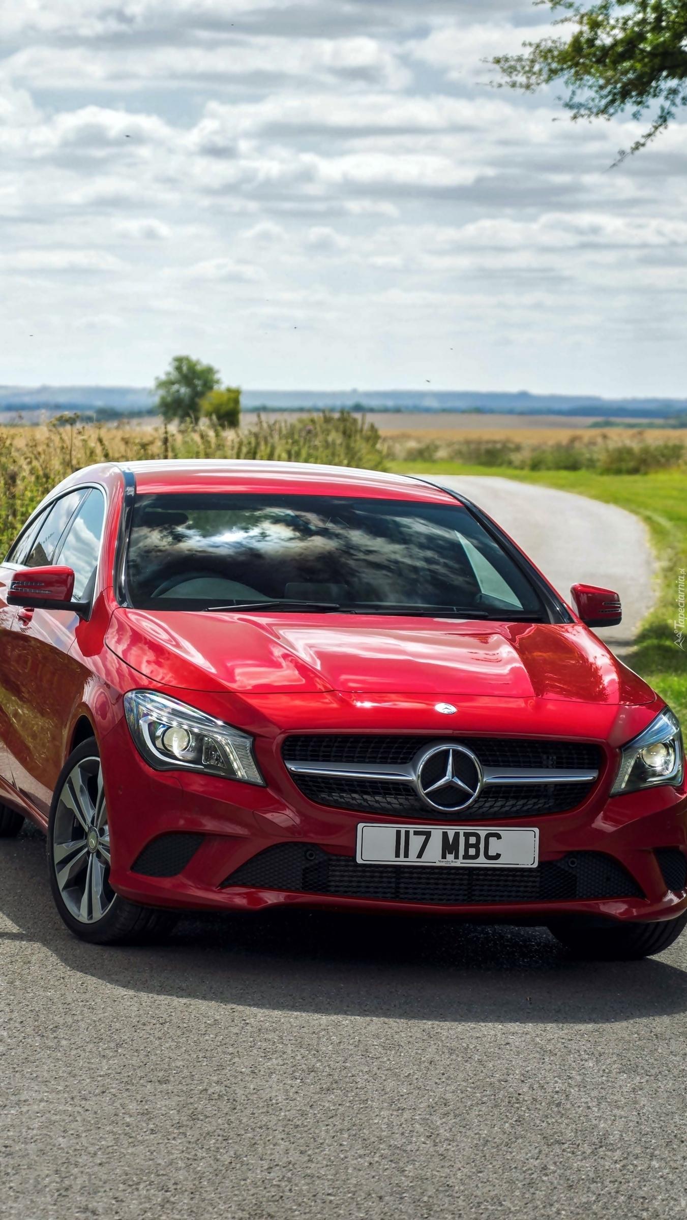 Czerwony Mercedes-Benz CLA