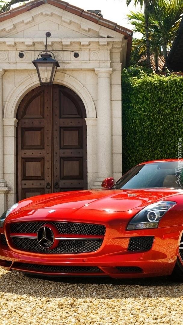 Czerwony Mercedes-Benz SLS AMG przodem