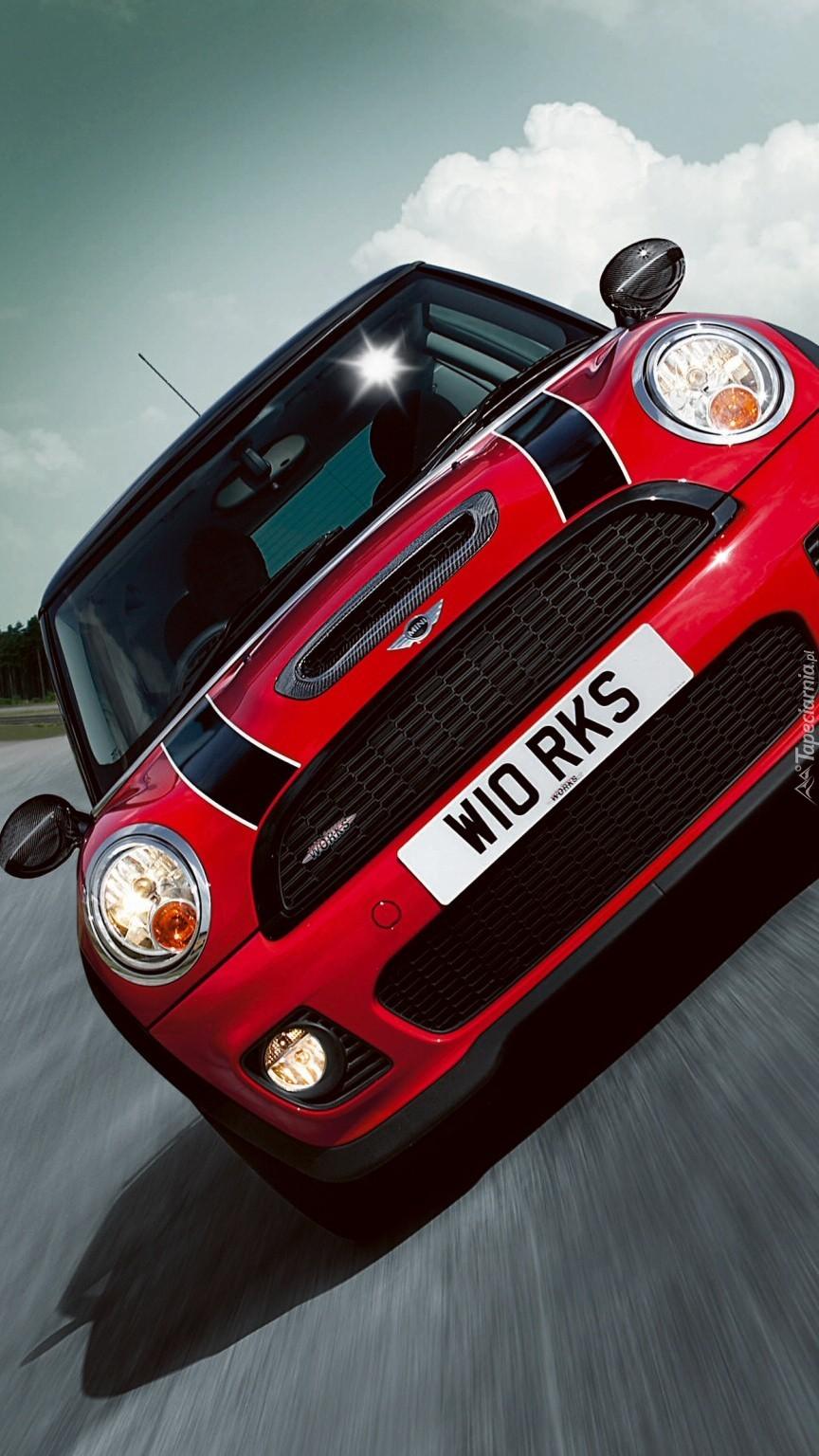 Czerwony Mini Cooper S na torze wyścigowym