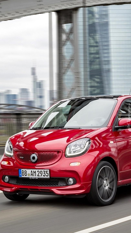 Czerwony Smart Forfour Brabus na drodze