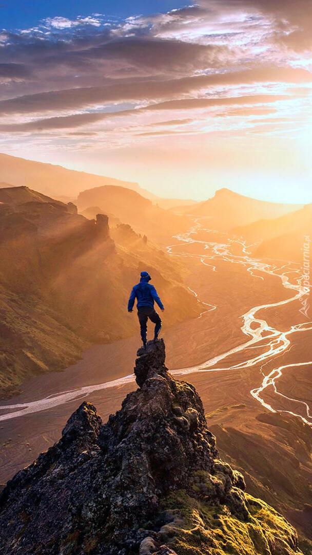 Człowiek na skale w górach