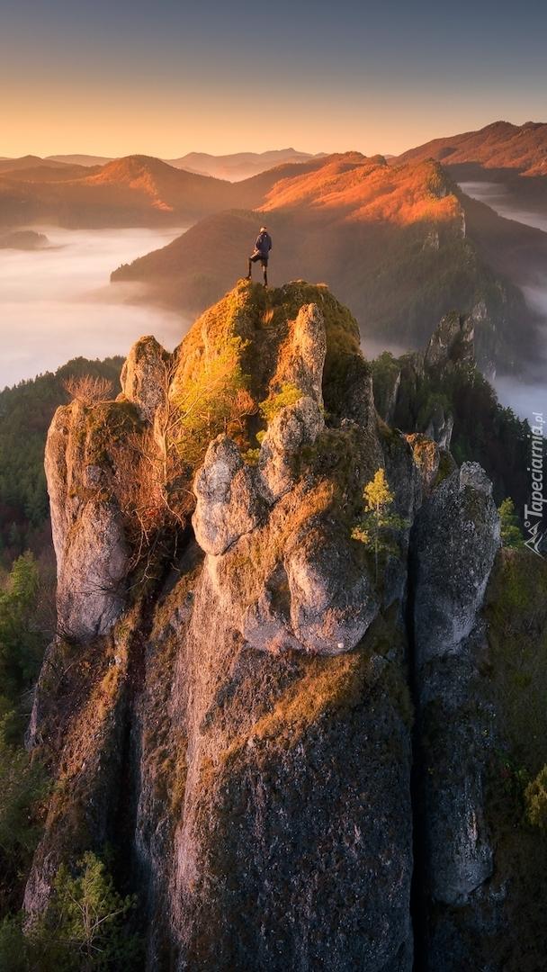 Człowiek na szczycie skały