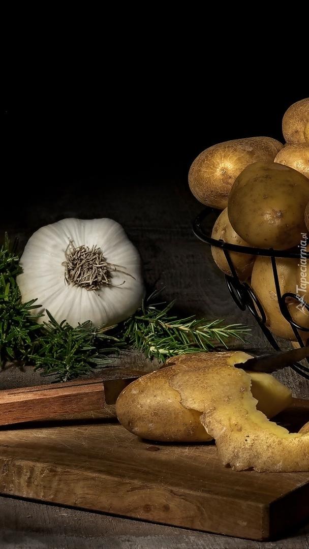 Czosnek obok ziemniaków