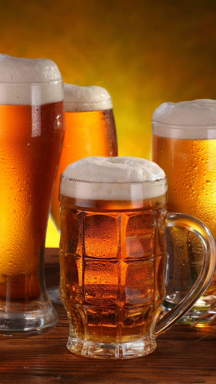 Cztery kufle piwa z pianką