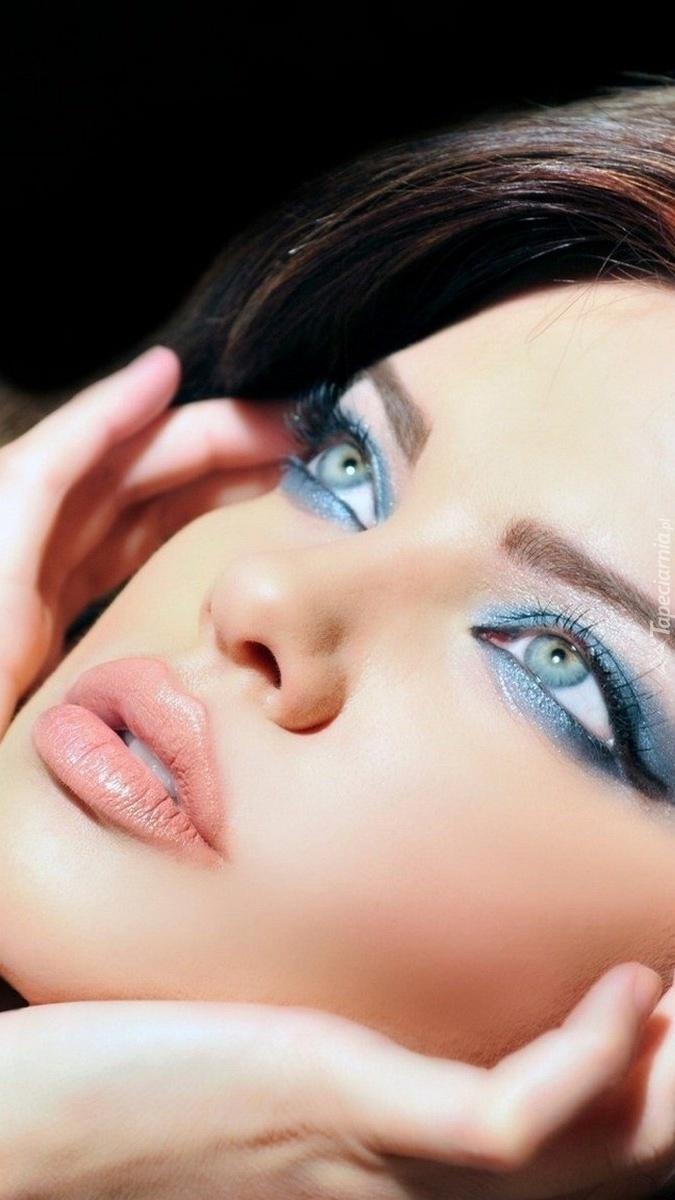 Dana Hamm w pięknym makijażu