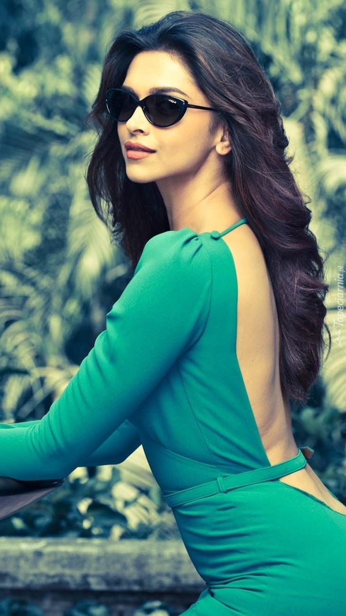 Deepika Padukone w zielonej sukience i okularach