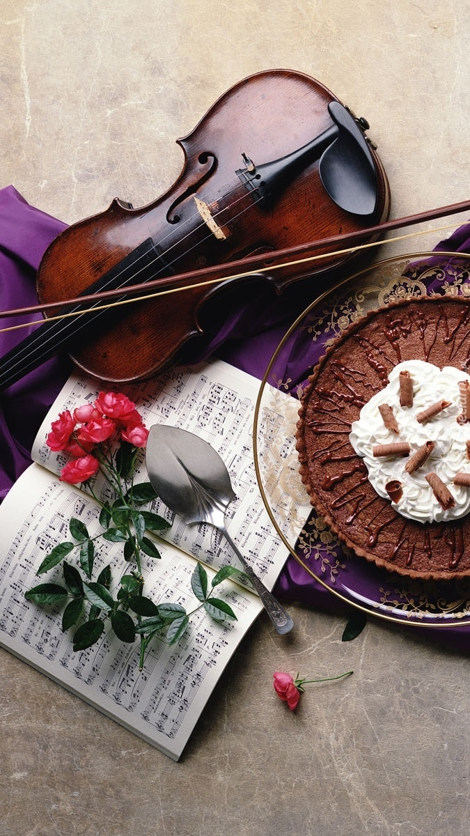 Deser obok róży i skrzypiec