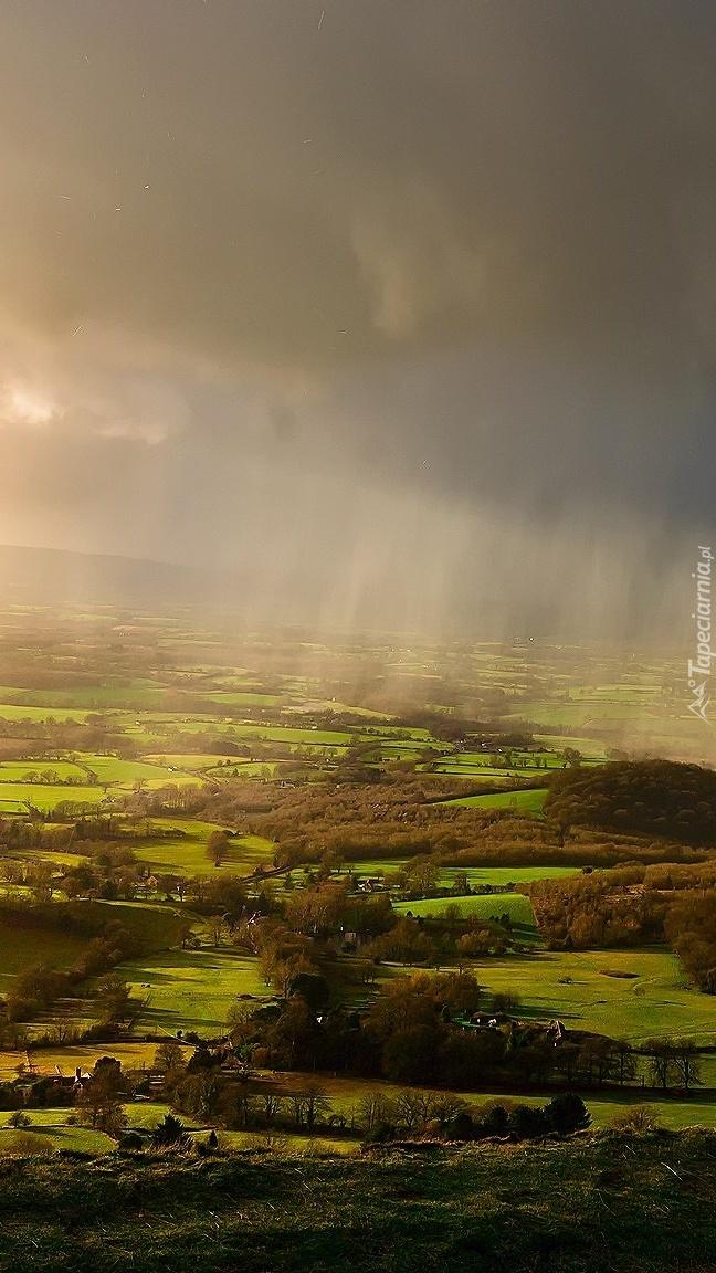 Deszczowe chmury nad polami