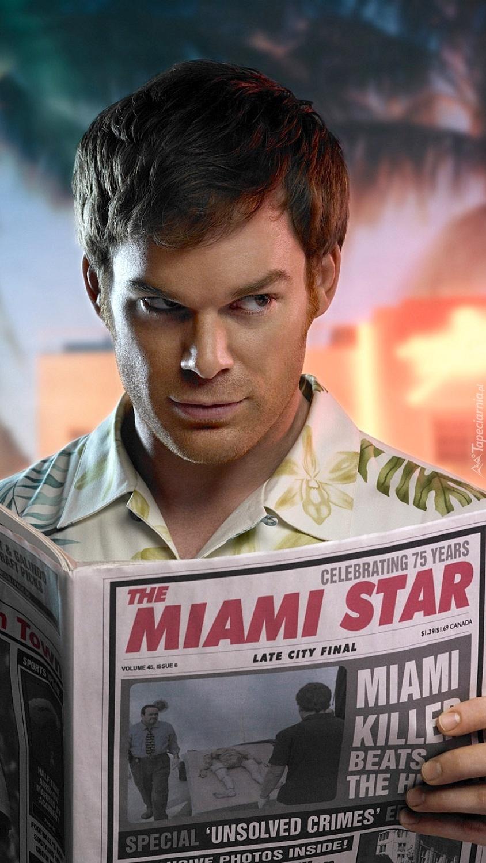 Dexter z gazetą