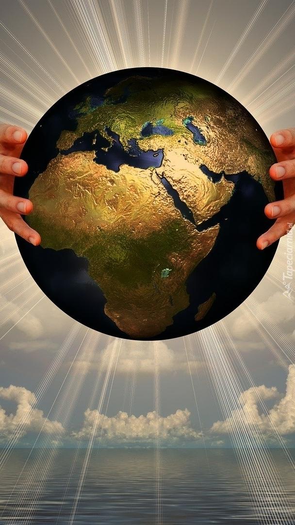 Dłonie trzymające Ziemię