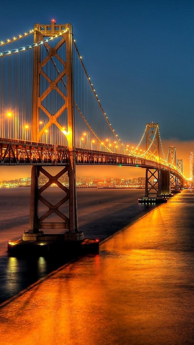 Długi oświetlony most