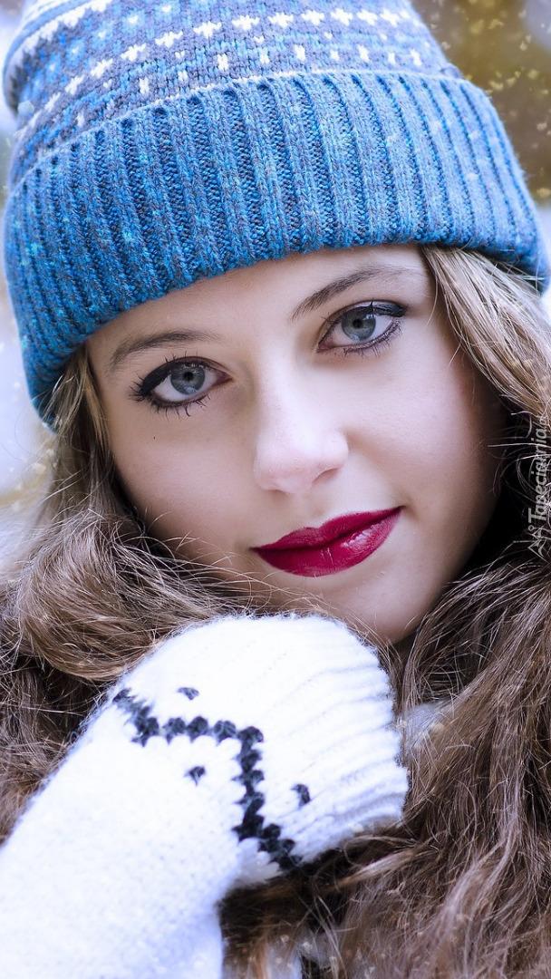 Długowłosa dziewczyna w czapce