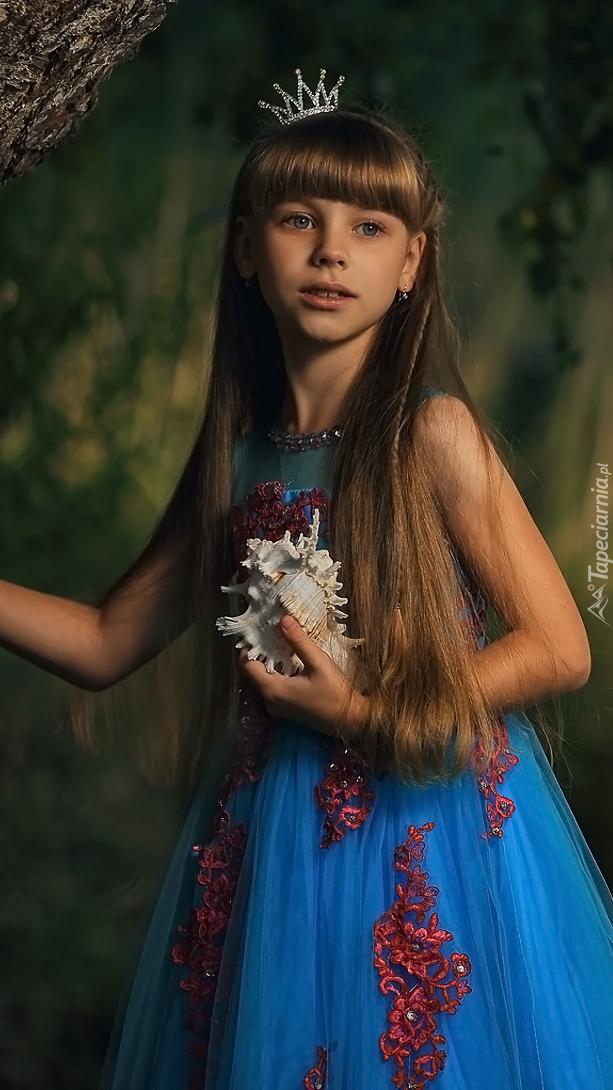 Długowłosa dziewczynka z muszlą