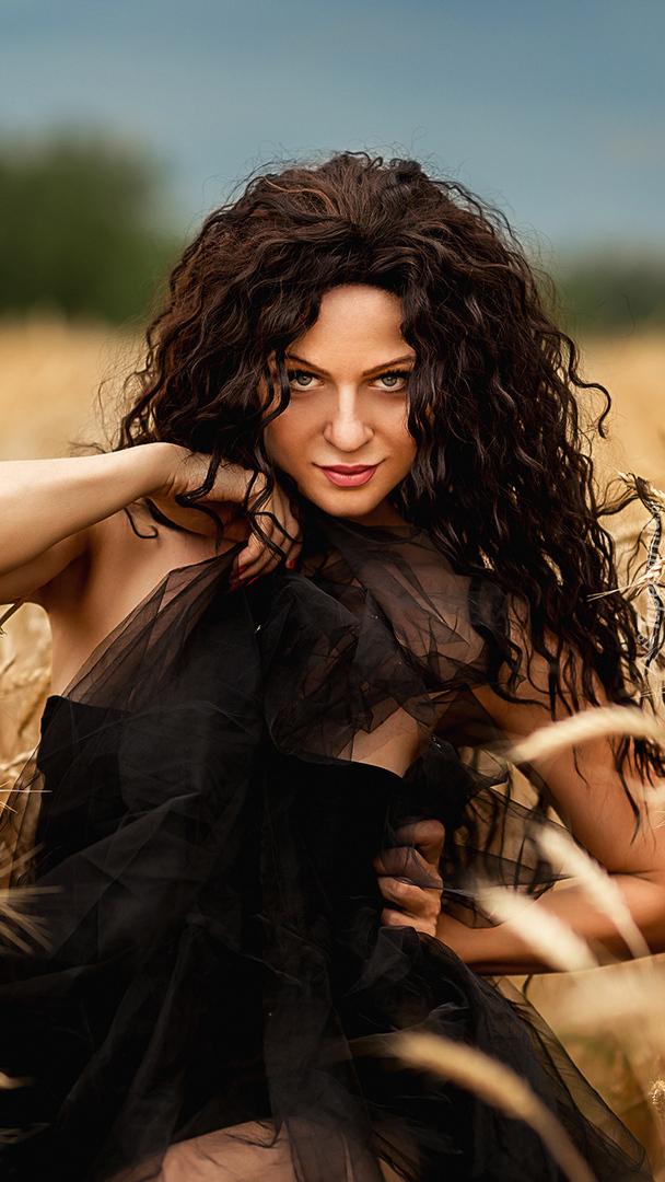 Długowłosa kobieta w czarnej sukni