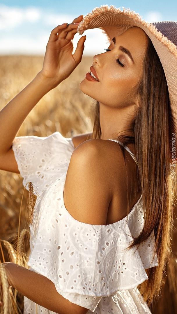 Długowłosa kobieta w kapeluszu
