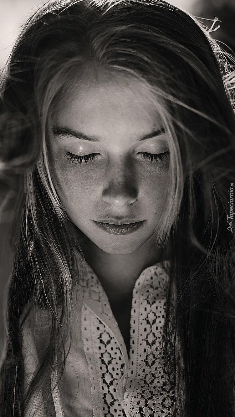 Długowłosa kobieta z zamkniętymi oczami