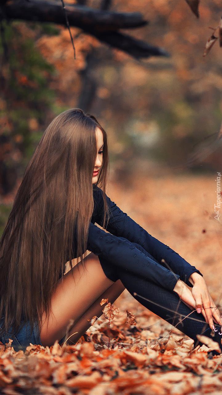 Długowłosa piękność siedząca na liściach