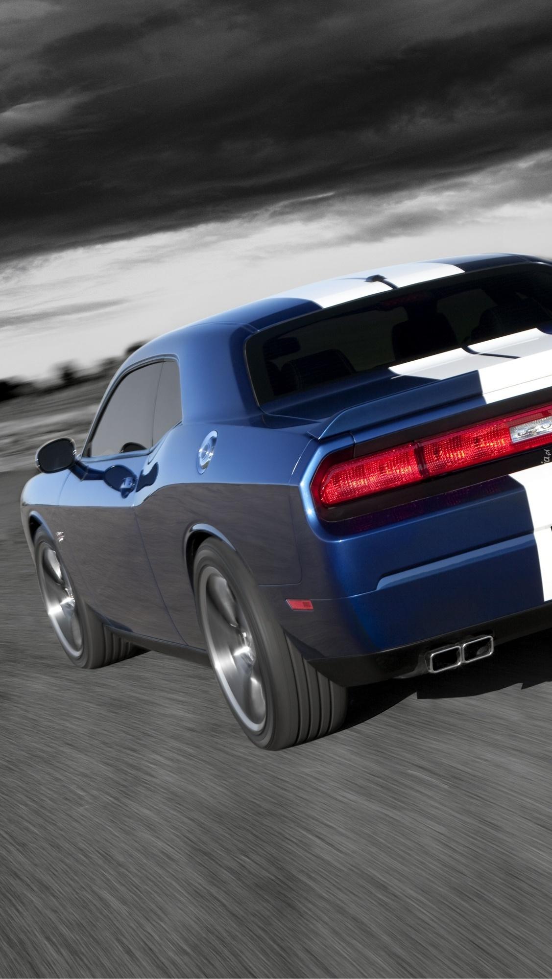 Dodge Challenger na drodze