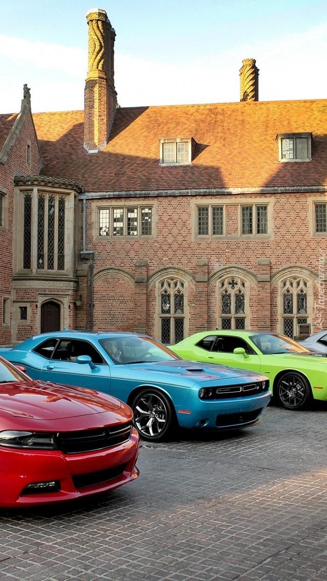 Dodge Challenger przed domem