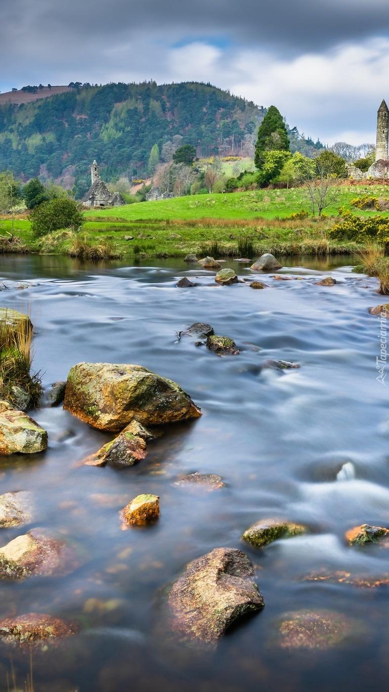Dolina Glendalough  z kamienistą rzeką