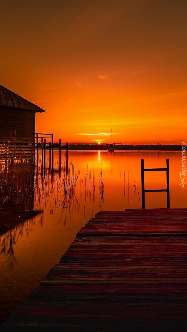 Dom i pomost nad jeziorem