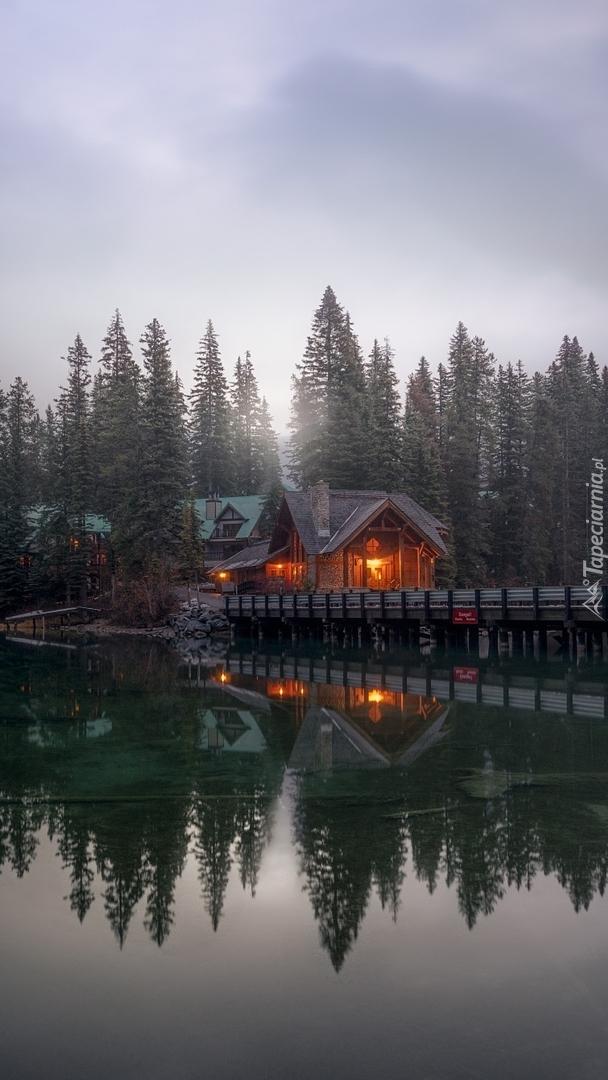 Dom na moście nad jeziorem Emerald Lake