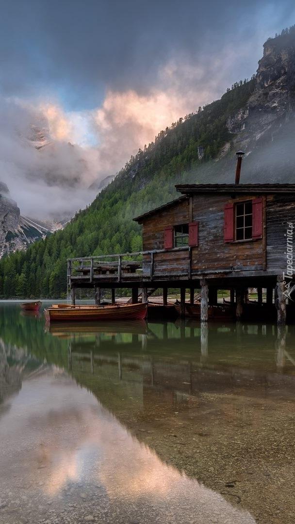 Dom na pomoście nad jeziorem Pragser Wildsee