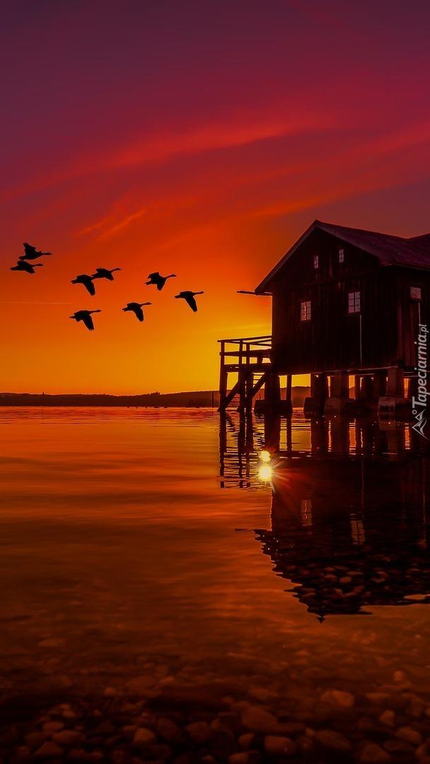 Dom na pomoście nad jeziorem