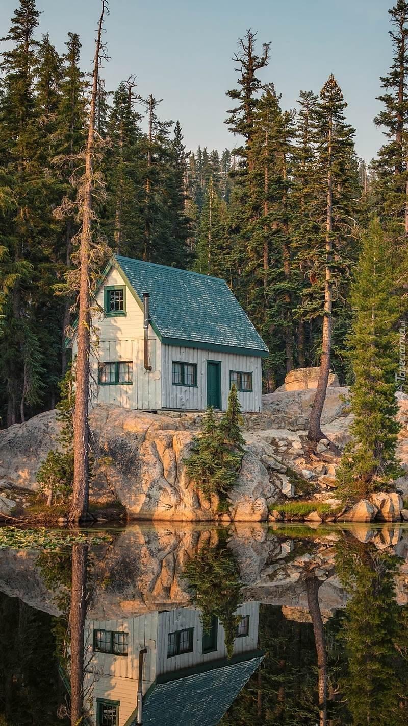Dom na skałach nad jeziorem