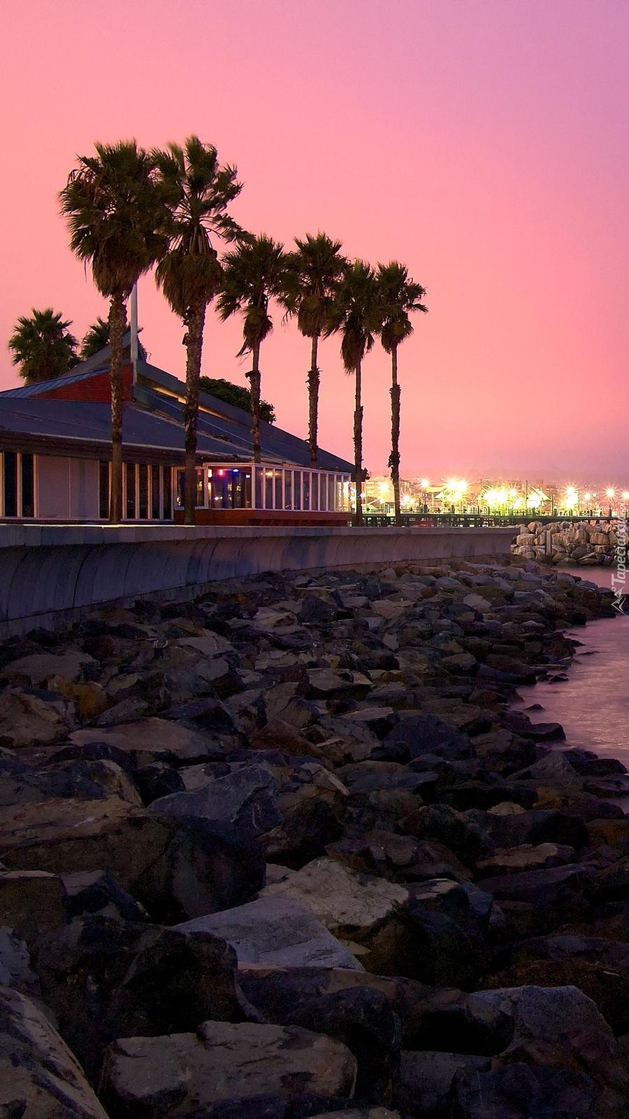 Dom na wybrzeżu nocą