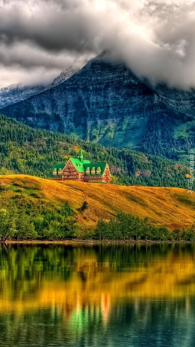 Dom nad górskim jeziorem
