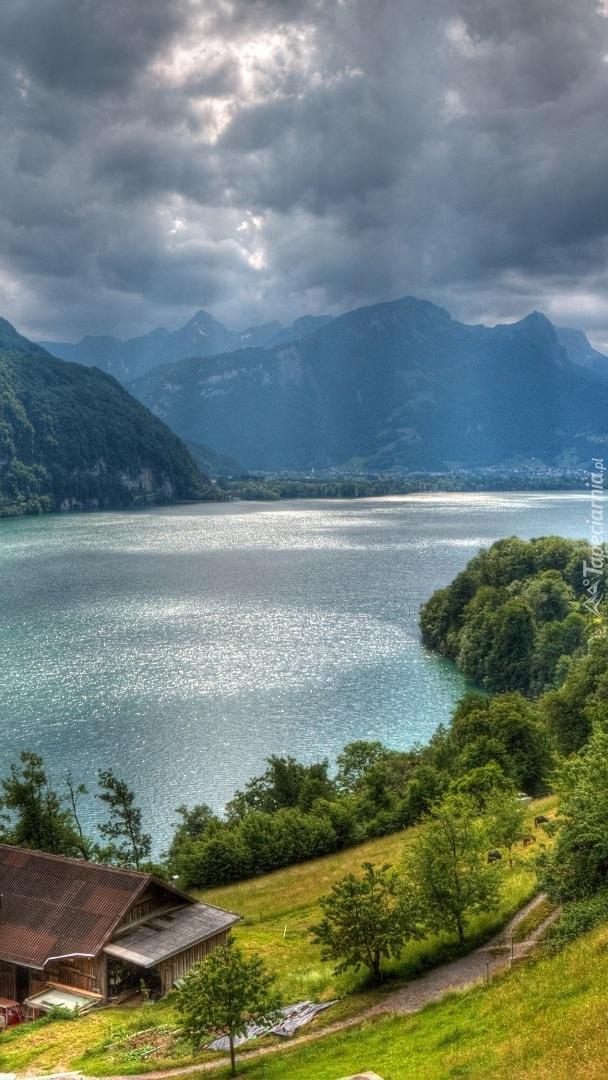 Dom nad jeziorem Walensee w Szwajcarii