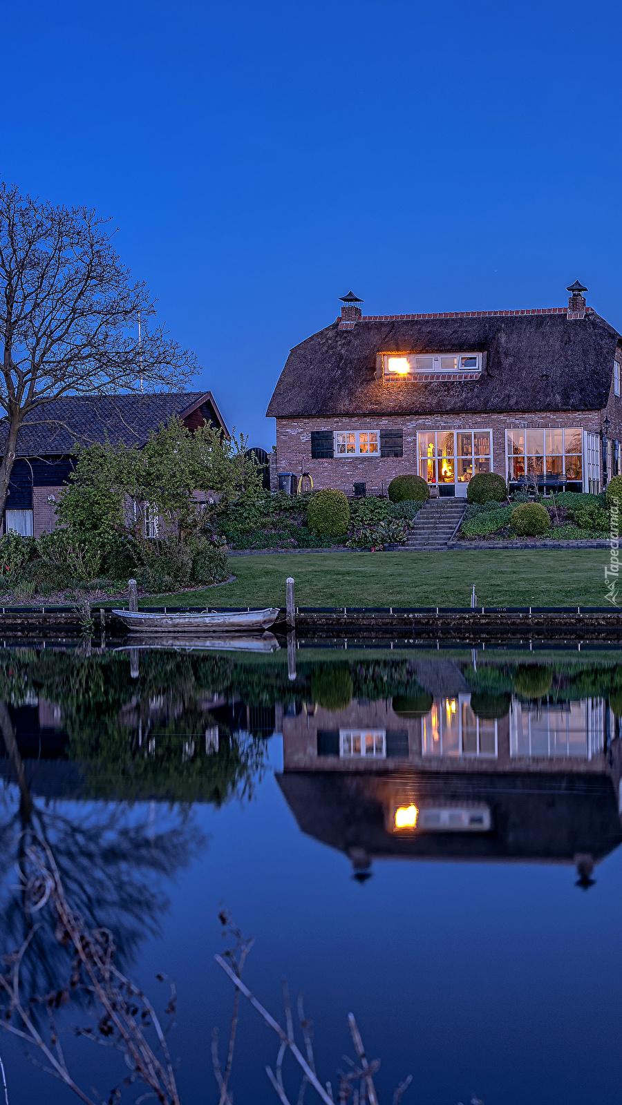 Dom nad rzeką o zmierzchu