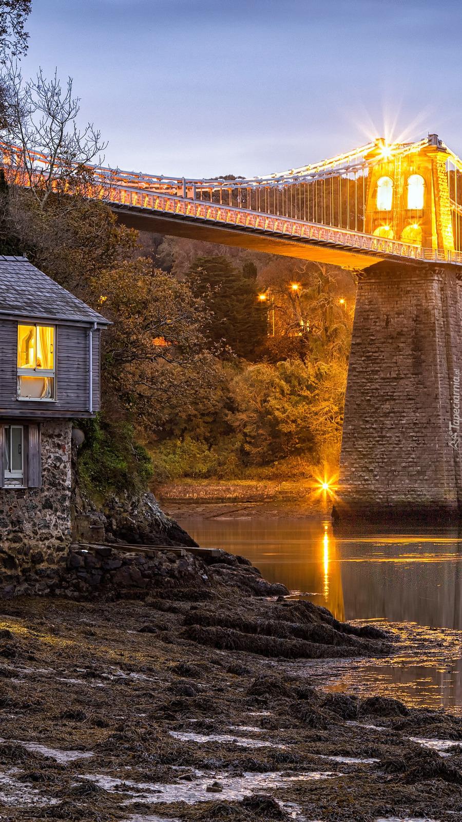 Dom obok mostu Menai Suspension Bridge