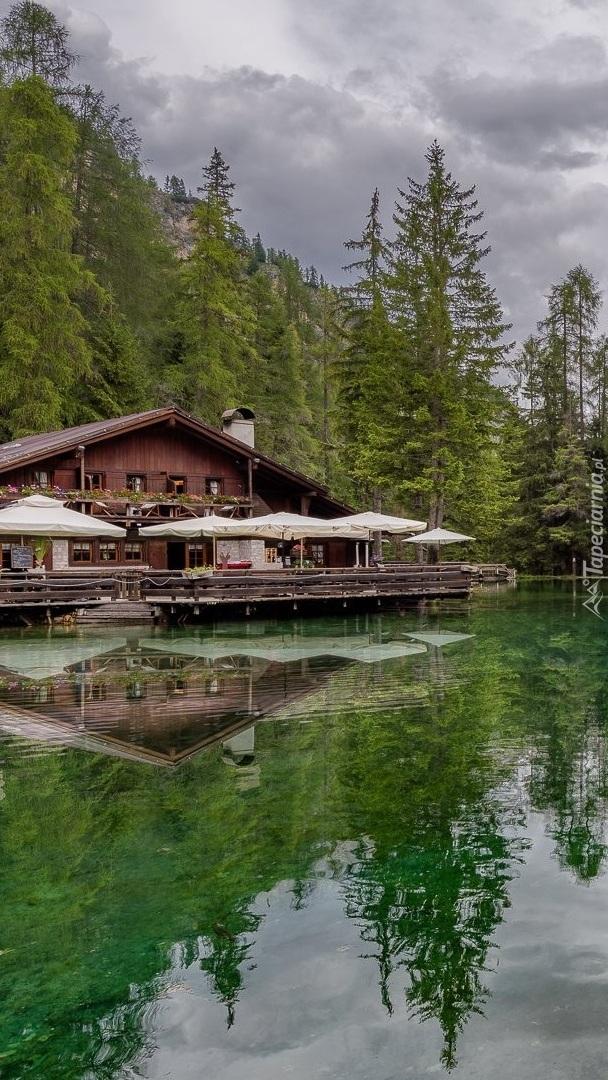 Dom pod lasem nad jeziorem