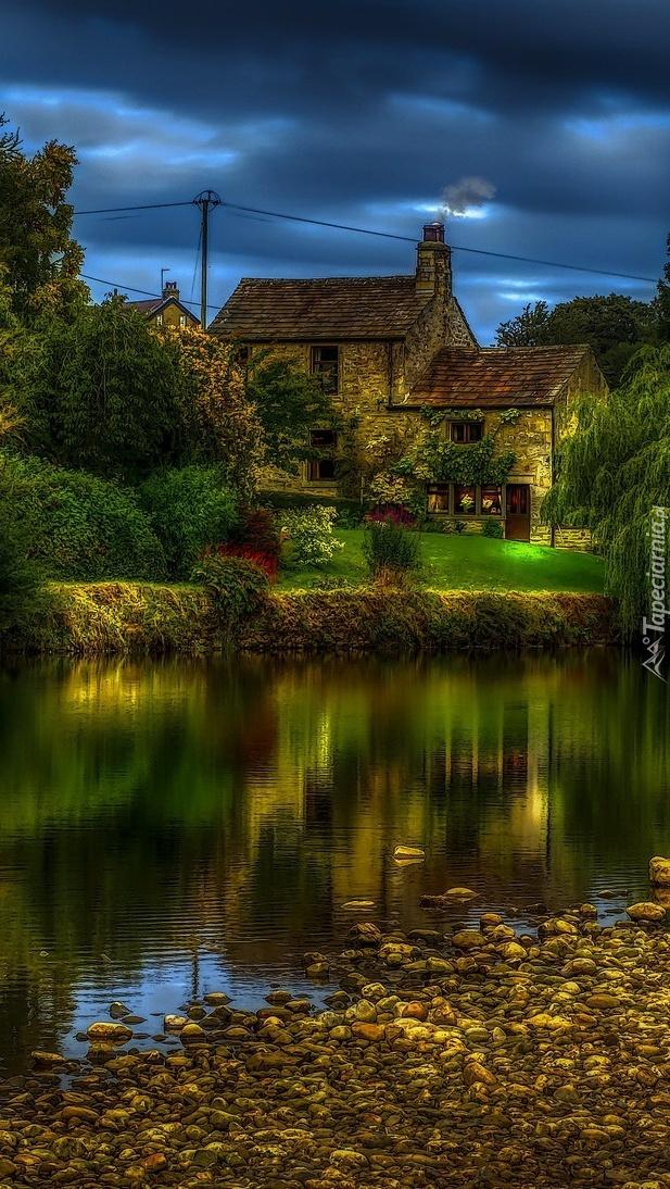 Dom wśród drzew nad rzeką