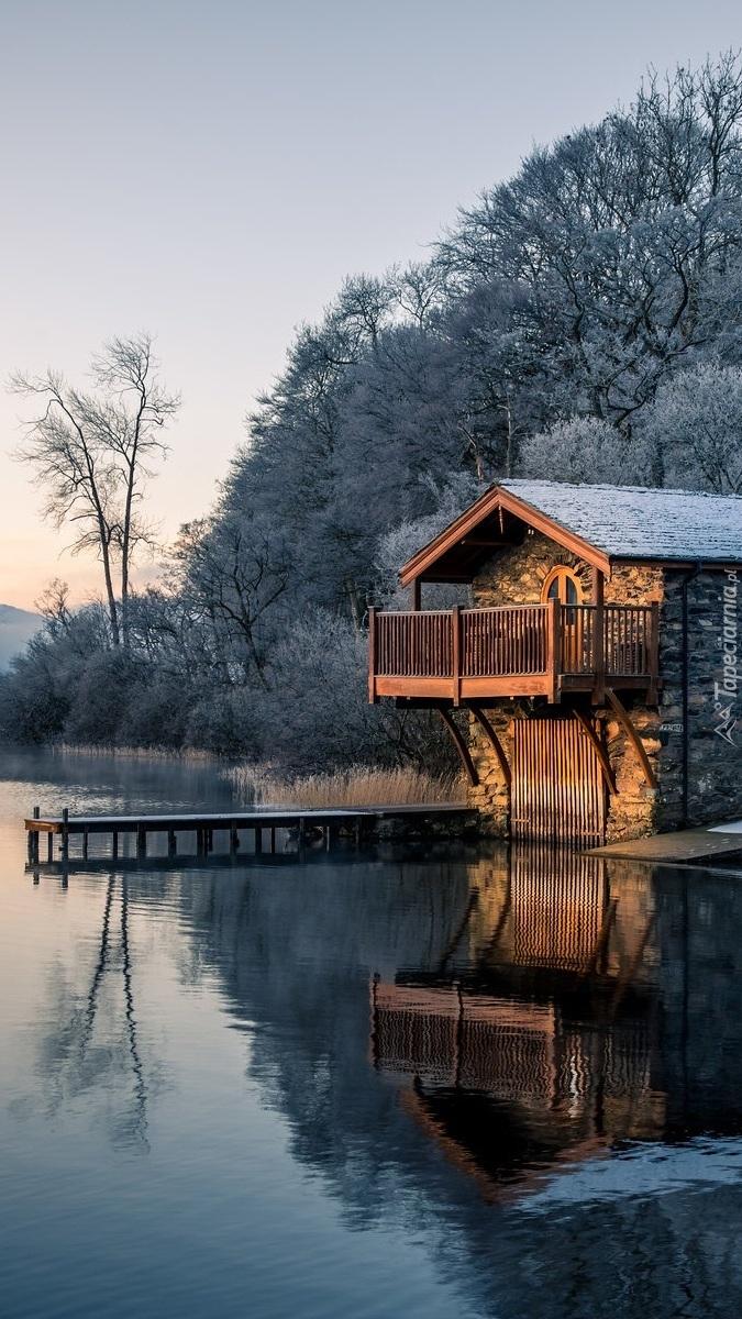 Dom z pomostem nad jeziorem