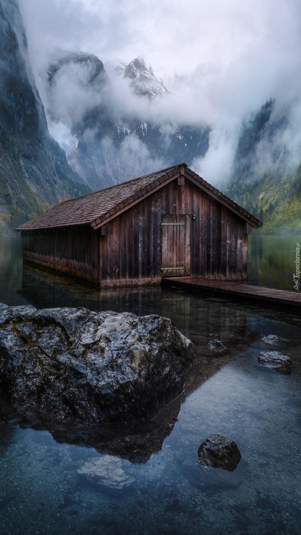 Domek na jeziorze we mgle