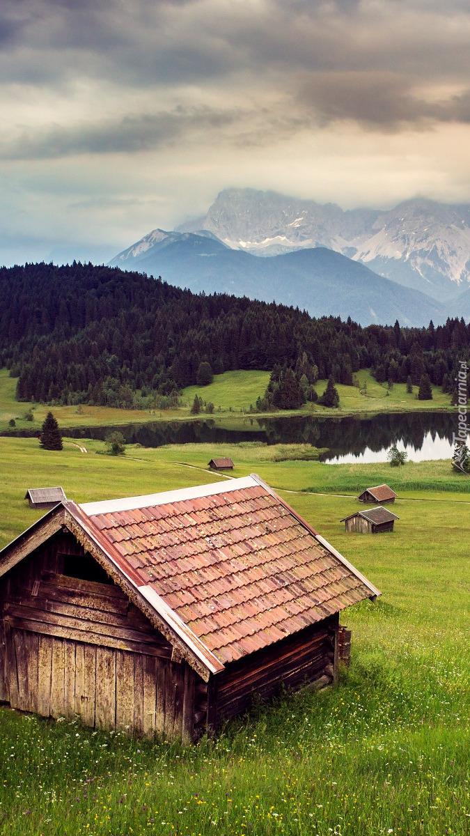 Domki drewniane na łące niedaleko jeziora Geroldsee