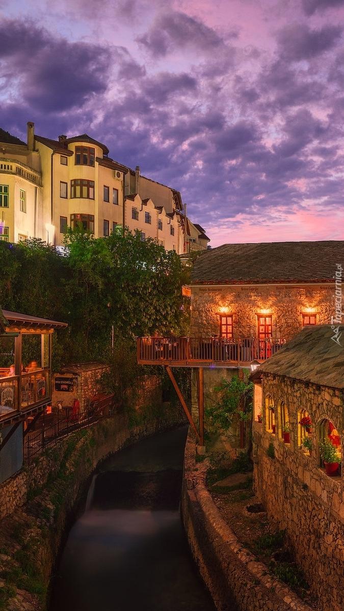 Domy nad kanałem w Mostar
